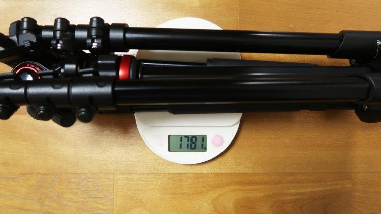 三脚の重量を計るイメージ画像